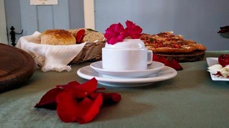 Cuidado da equipe, além de mimos, como um bolo no café da tarde ou amenities especiais